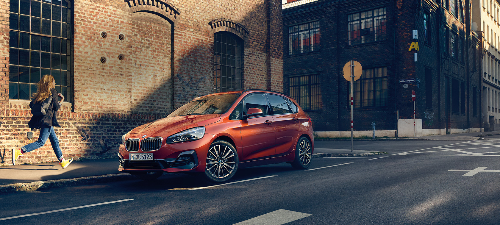 BMW 2er Active Tourer F45 Facelift 2018 Sunset Orange metallic Dreiviertel-Frontansicht parkend auf der Straße